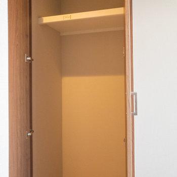 キッチン横にも棚があります※写真は3階の反転間取り別部屋のものです