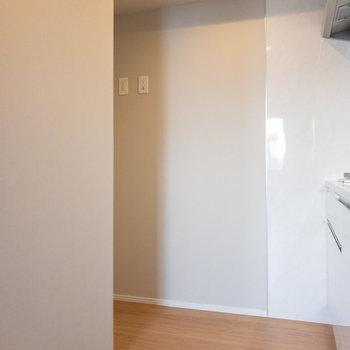 キッチン後ろのスペースには冷蔵庫を※写真は3階の反転間取り別部屋のものです