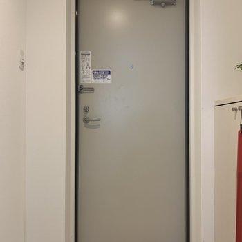 玄関はすっきりと。(※写真は1階の同間取り角部屋、モデルルームのものです)