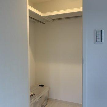 収納力◎なクローゼット。(※写真は1階の同間取り角部屋、モデルルームのものです)