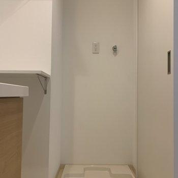 隣に洗濯機置き場。(※写真は1階の同間取り角部屋、モデルルームのものです)