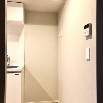 右横に冷蔵庫が置けます。