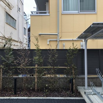 眺望は敷地内の駐輪場と向かいの建物でした。