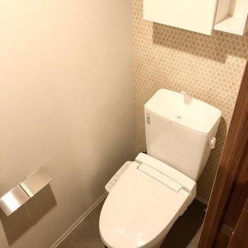 トイレはさりげない柄のクロスがやさしい雰囲気。