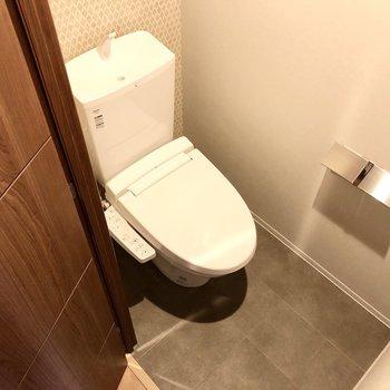 トイレはよく見ると壁におしゃれな柄が入っていますよ。