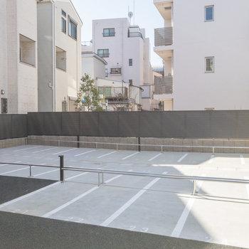 さらに奥は駐車スペースです。