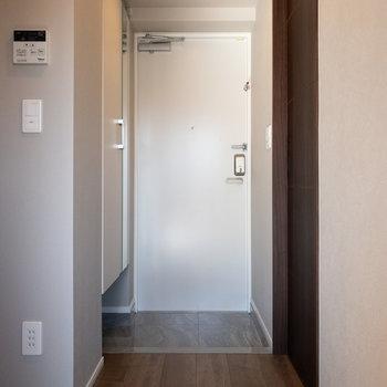 玄関が広くて脱ぎ履きが楽そうです※写真は5階の同間取り別部屋のものです