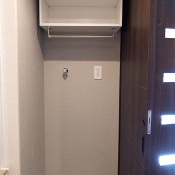 洗濯機置き場上部の棚は便利ですね※写真は5階の同間取り別部屋のものです