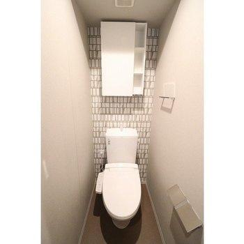 トイレにも棚が付いています※写真は5階の同間取り別部屋のものです