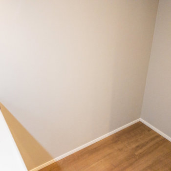 冷蔵庫はキッチン後ろに※写真は5階の同間取り別部屋のものです