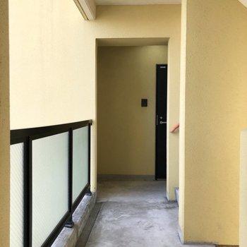 エレベーターを降りたらまっすぐ行ったところにお部屋がありますよ。
