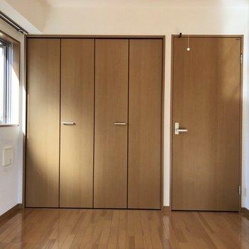 【洋室】2面採光になっていてお部屋が明るくなっています。