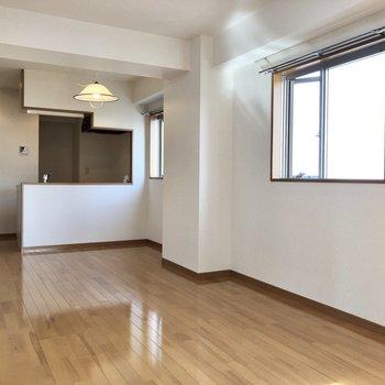 【LDK】キッチンで作業をしながらお部屋の様子が伺えます。