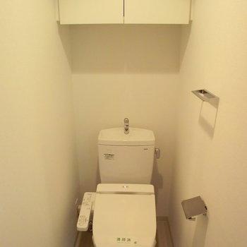トイレきれいです!※写真は4階の反転間取り別部屋のものです