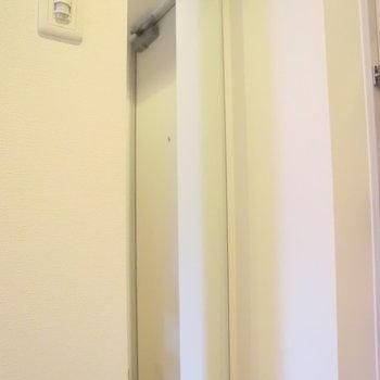 玄関には姿見も!※写真は4階の反転間取り別部屋のものです