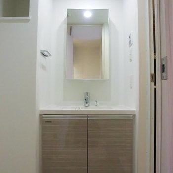 洗面台ホテルみたいですね※写真は4階の反転間取り別部屋のものです