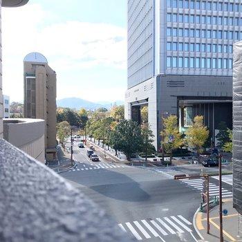 南には舞鶴公園が見えます。都会の中の緑、不思議な雰囲気。