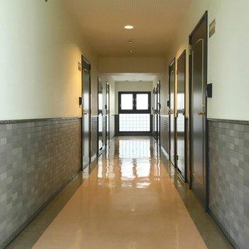 玄関の前は内廊下。ガラスブロックがお洒落です。