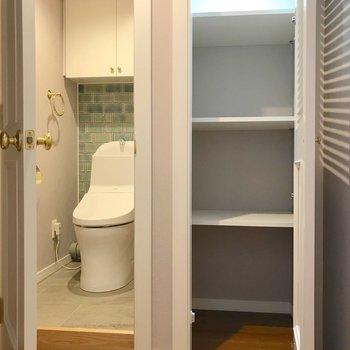 その対面には扉付きの棚とお手洗い。