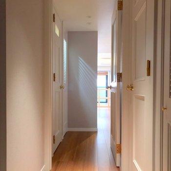 玄関を開けたら柱が目立ちます。お部屋の中が見えない、いいつくり。