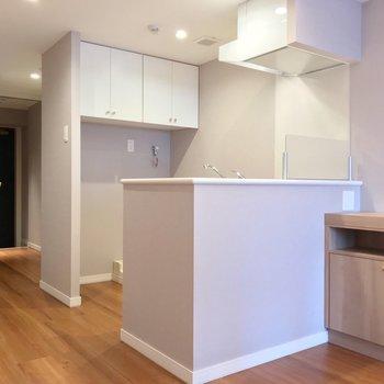 キッチンは対面式。洗濯機置場も背面にあります。