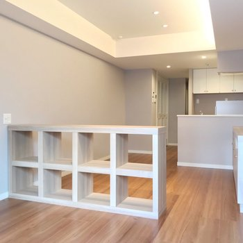 グレーのクロス、備え付けの家具…ナチュラルなリノベーションのお部屋です。