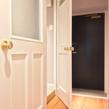 玄関近くの扉の先はバスルーム。