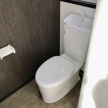トイレは窓に上部棚つき。シンプルでお掃除もしやすそうです◯