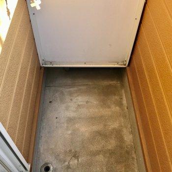 洗濯機置き場はここに。塀が高いので目隠しもしっかり