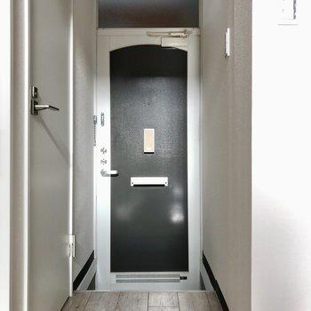 玄関扉に一目惚れしました。シューズボックスはないので、お部屋の中にラックをおきましょうね