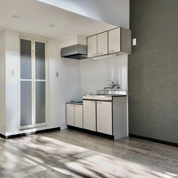 グレーのクロスにあわせて冷蔵庫はスクエアなものを選びたい