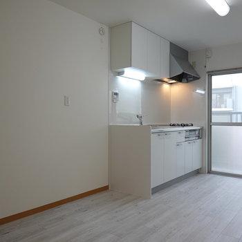 キッチン左手に冷蔵庫や電子レンジなど、様々なキッチン用品を置いておけそうです。