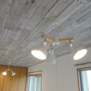 照明は木目とオフホワイトの塗装がカワイイ、3灯のペンダントライト。