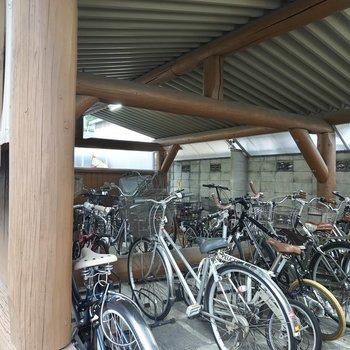 山小屋のような見た目の駐輪場があります。