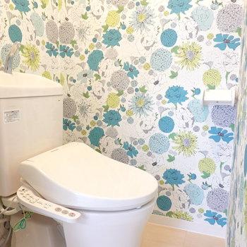 トイレも賑やかだ。こちらも新しく、嬉しいウォシュレット付きです。
