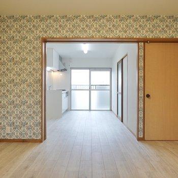 リビングは15.5帖と広々!キッチンスペースへの扉が取り払われ、ひとつの空間に。