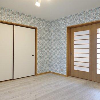 右が洋室、左が和室への扉。