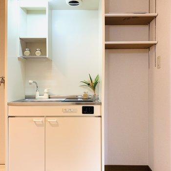 キッチンの隣には冷蔵庫のスペース。上部の棚が嬉しい◎可動式なので冷蔵庫の高さを気にしなくても大丈夫そうですね。