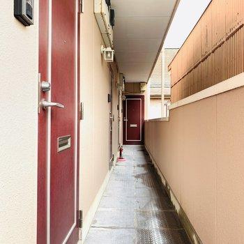 共用部。一番奥のお部屋です。赤い扉がキュートですね。