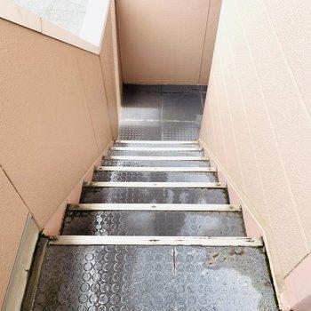アクセスは階段のみ。引越し時、家具の採寸は念入りに。