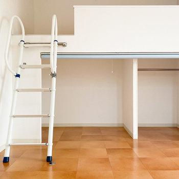 下の収納スペースはカーテンをさっと降ろして、隠すこともできますよ。