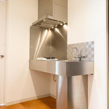キッチンはステンレス製の重厚感のあるデザイン◎