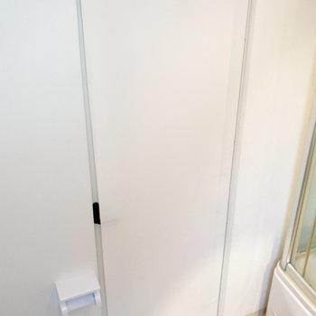 反対のカーテンロールを下ろして、入浴中やトイレの際はプライバシーを確保。