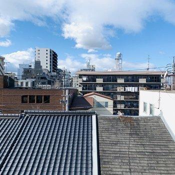 キッチン横の窓からの眺望。瓦屋根が日本を感じさせます。