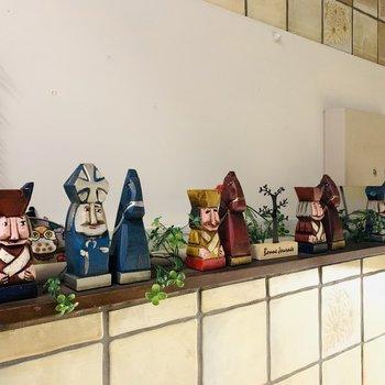 お部屋までの階段にはカワイイ木の人形。