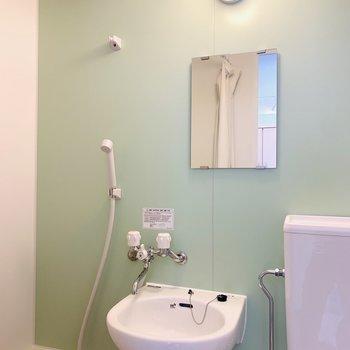 ミントカラーの壁がとても爽やか。