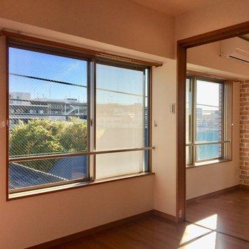 【洋室】大きな窓のおかげで、こちらも明るいです。