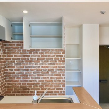 【LDK】真ん中の収納の下には、お好みの収納棚を置くと便利かも。