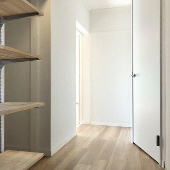 では一旦廊下へ。左奥がリビング。手前がもう一部屋の洋室。右がサニタリーです(※写真は清掃前のものです)