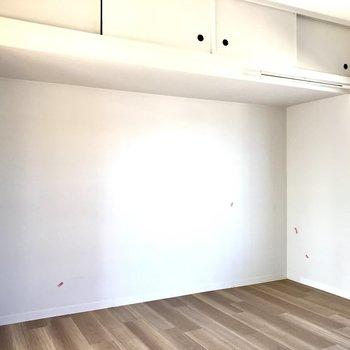 反対側にはデスクとさらにチェスト。書斎兼、衣装部屋なんてどう?上にも収納がありますよ!(※写真は清掃前のものです)